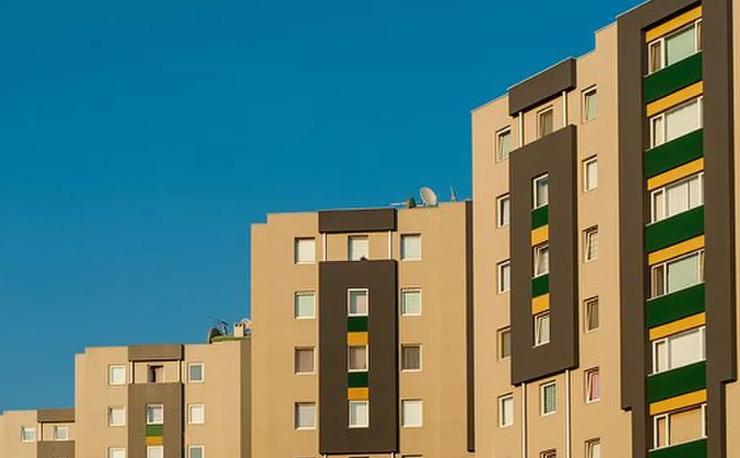 De niet betalende huurder van woonruimte en de verhuurder die voor eigen rechter speelt